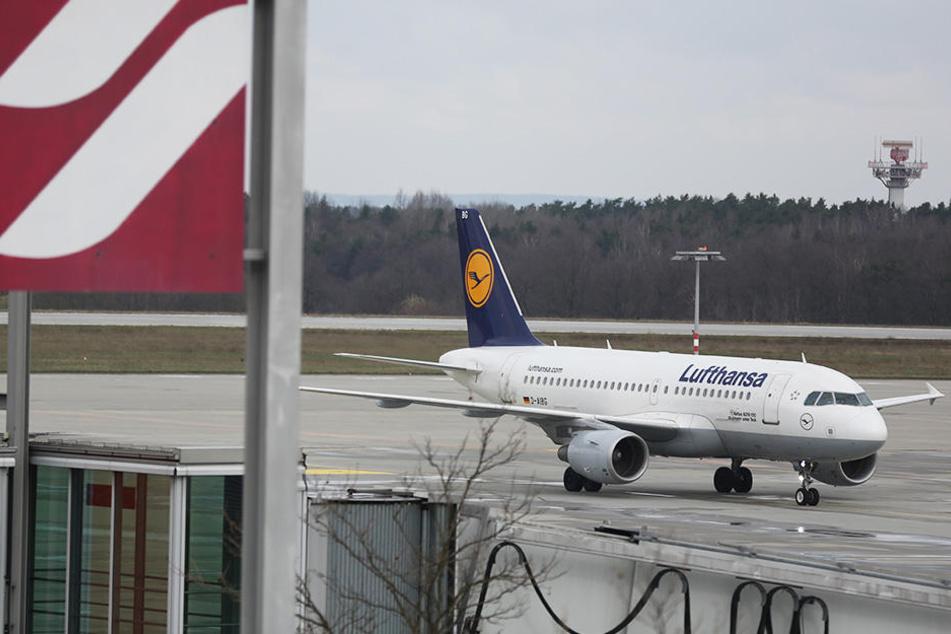 Eine Lufthansa-Maschine auf dem Flughafen Dresden. Nach und von München sind vier Flüge gestrichen, bei Eurowings sogar 16.