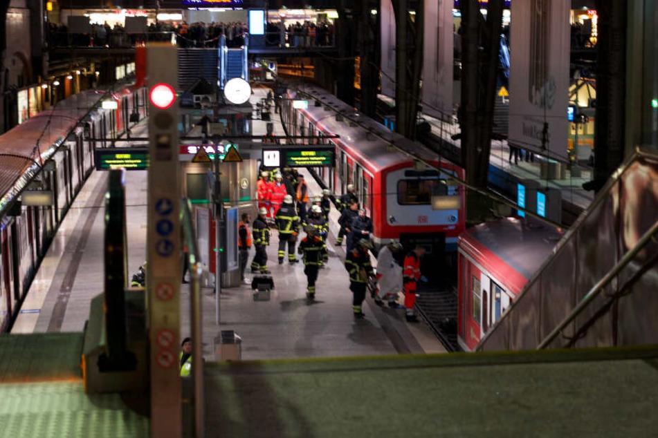 Der Rettungsdienst ist am Hamburger Hauptbahnhof im Einsatz.