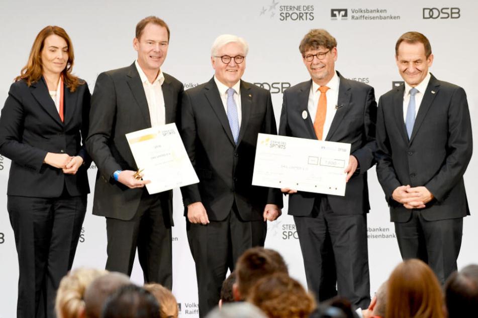 Tobias Michelsen (Zweiter von links) nahm die Auszeichnung unter anderem von Bundespräsident Frank Walter Steinmeier (Mitte) und DOSB-Präsident Alfons Hörmann (rechts) entgegen.