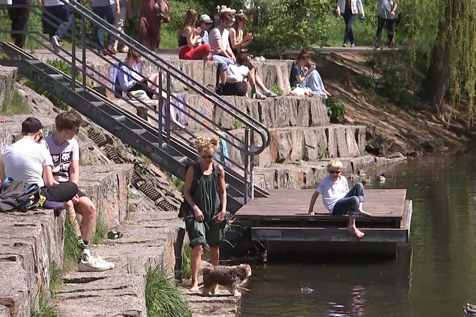 Am Karl-Heine-Kanal streckten einige Anwohner ihre Nasen in die Sonne.