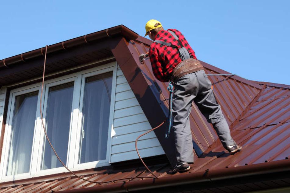 Ohne zu fragen, stiegen die vermeintlichen Handwerker aufs Dach und beschädigten das Haus. (Symbolbild)