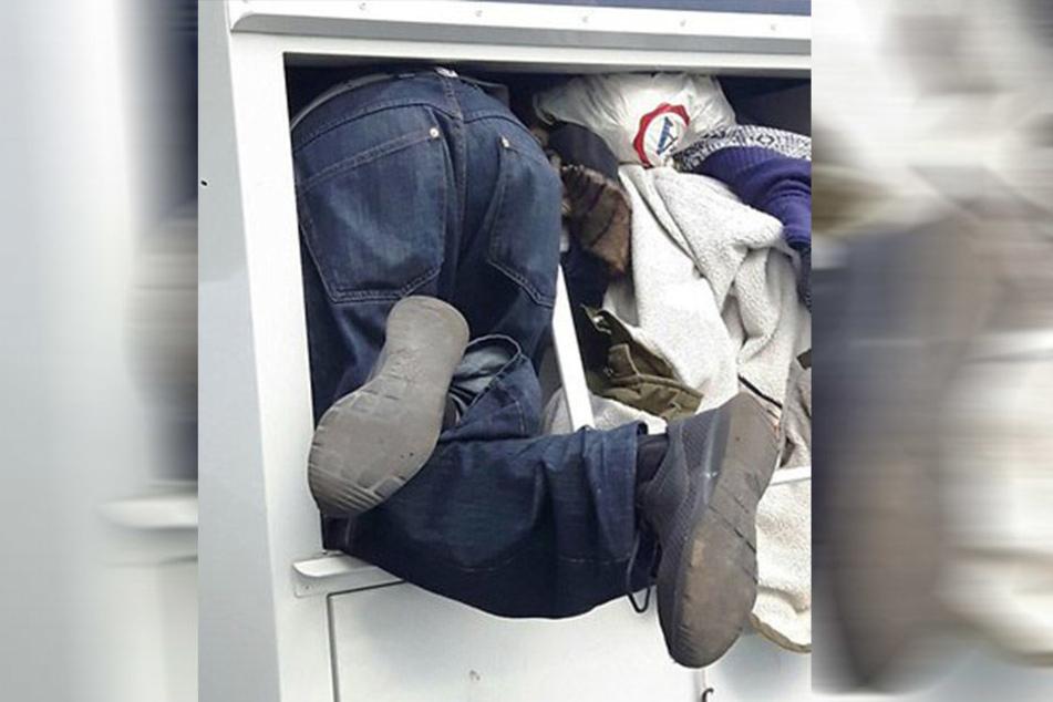 Der Polizei Aachen bot sich ein kurioses Bild. Ein 22-Jähriger war in einem Altkleidercontainer stecken geblieben.