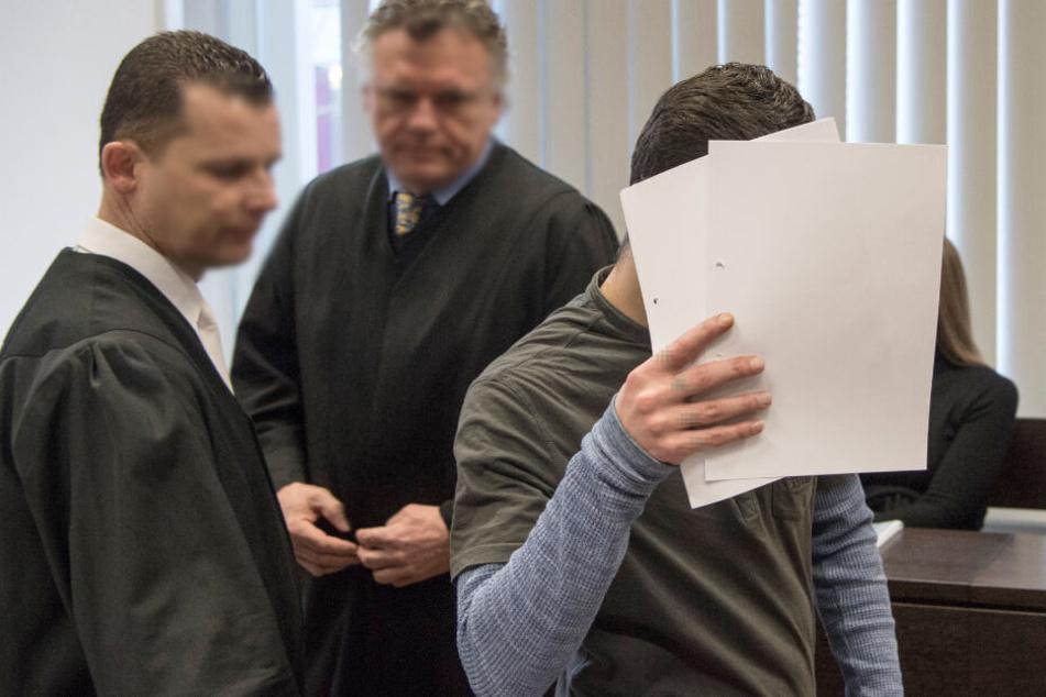 Mit Zetteln bedeckt Ali B. Ende März im Gerichtssaal sein Gesicht (Archivbild)