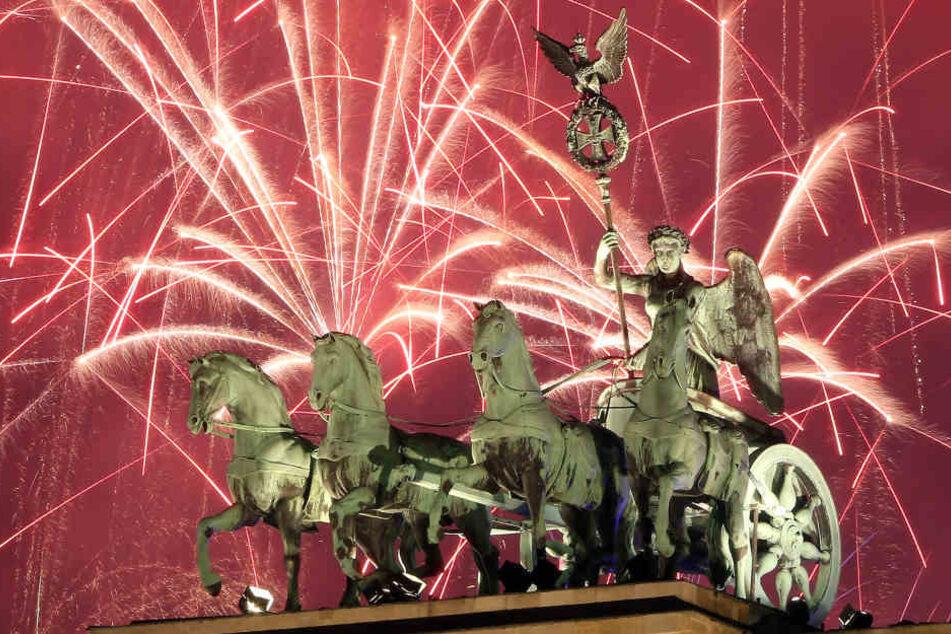 Am Brandenburger Tor in Berlin feierten Hundertausend das neue Jahr.
