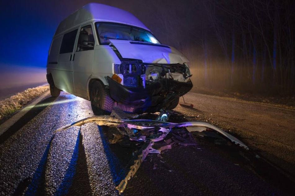 Die beiden Insassen des Transporters wurden schwer verletzt.