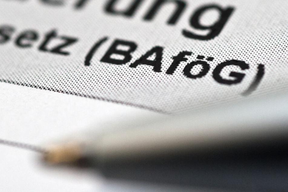 Ein Antrag für Bafög liegt auf einem Tisch: Bafög ist für Studenten und Schüler mit geringem Einkommen gedacht.