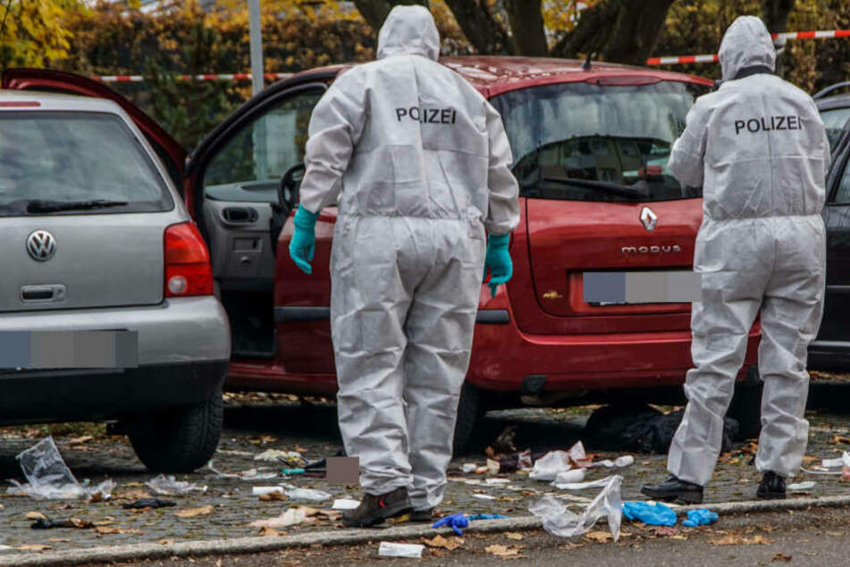 Anfang November: Ermittler der Spurensicherung am Wagen der Toten.