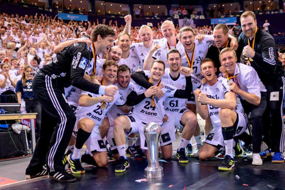 Die Kieler Handballer jubeln über ihren Pokalsieg.