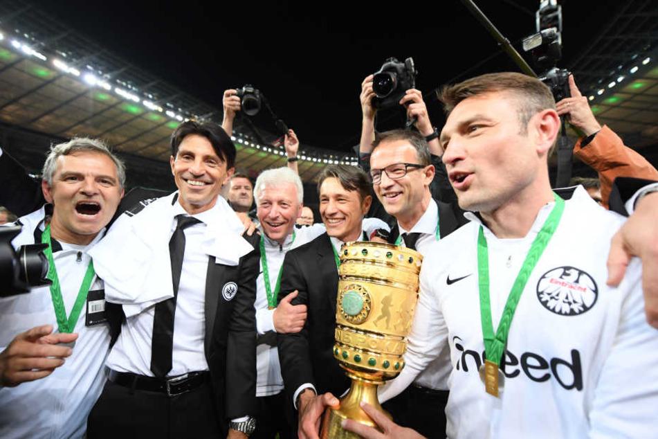 Erfolgreiche gemeinsame Zeit: Mit der Eintracht feierte Niko Kovac (3. v. Re.) den Gewinn des DFB-Pokals - gegen seinen aktuellen Arbeitgeber FC Bayern München.