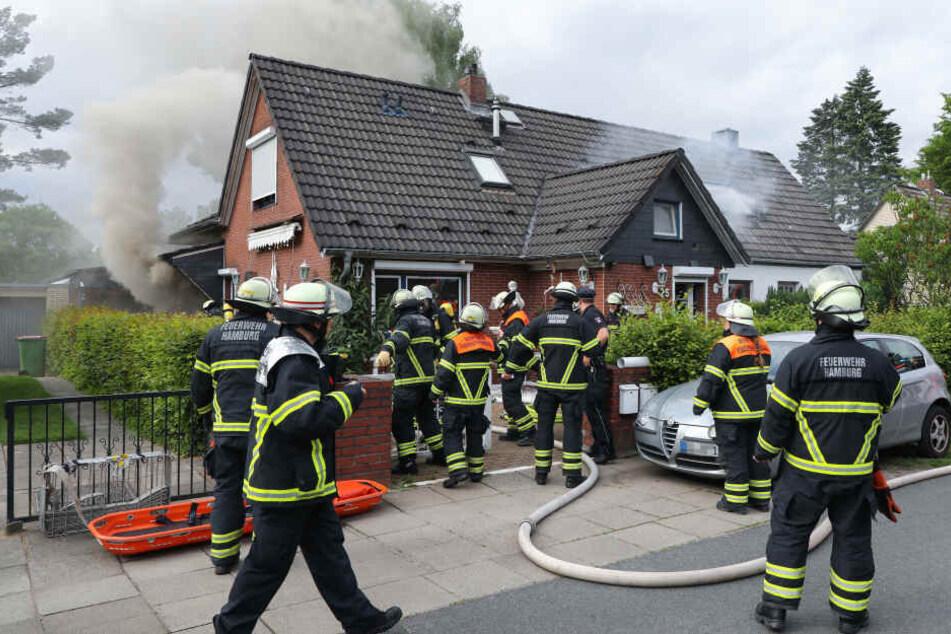 Feuerwehrleute stehen am Einsatzort in Bramfeld.
