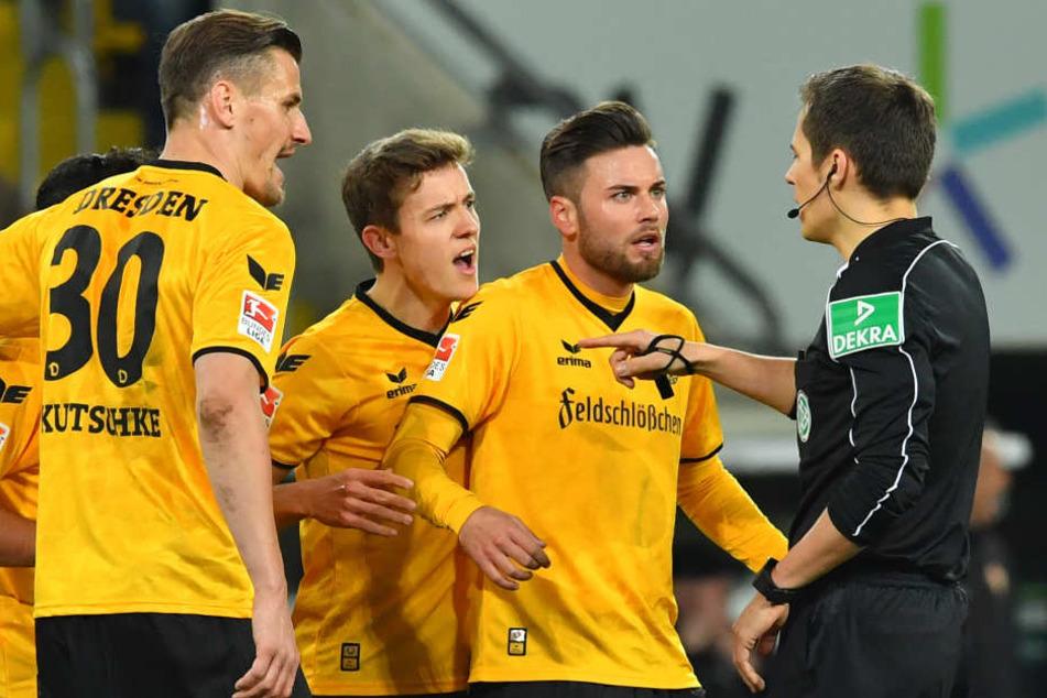 Auch Stefan Kutschke (l.) und Niklas Kreuzer (2.v.r.) haben sich im Spiel gegen Kaiserslautern die vierte Rote Karte geholt.