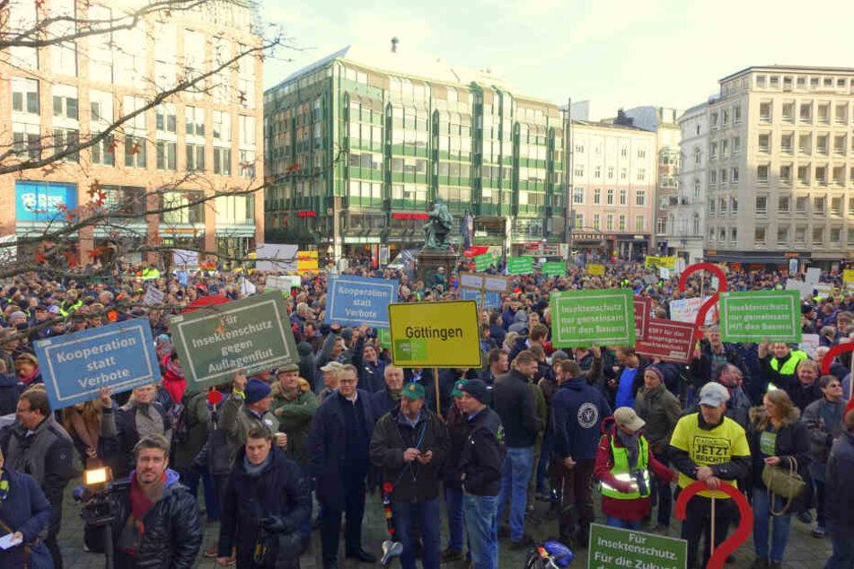 Zahlreiche Landwirte protestierten am Gänsemarkt.