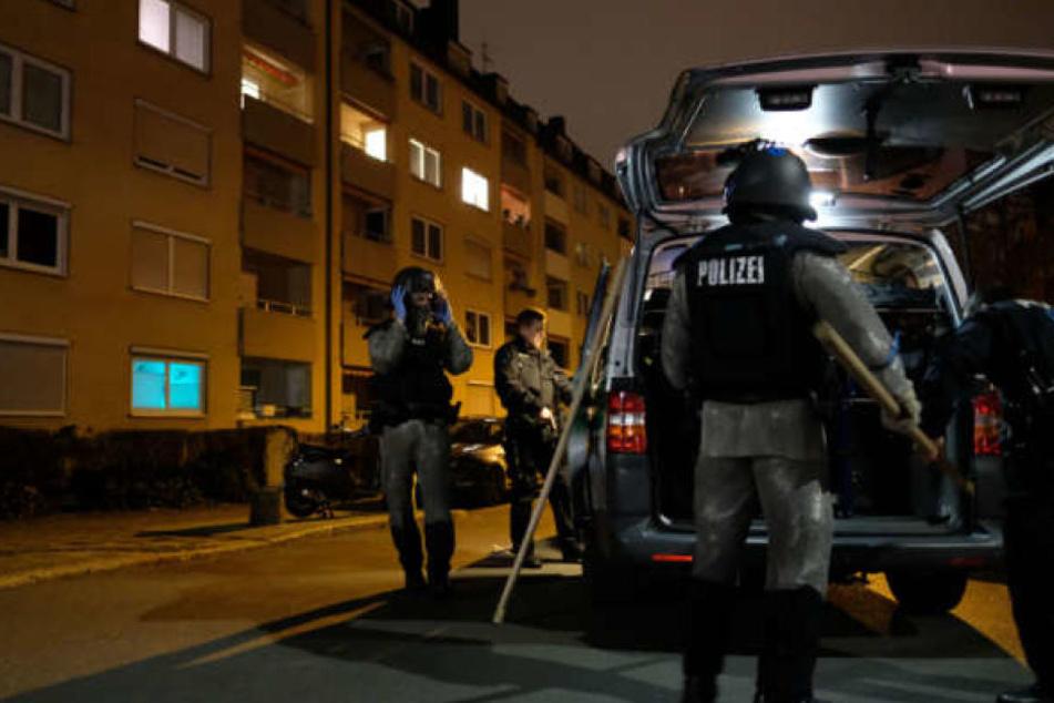 Die Polizei hat in der ganzen Stadt nach dem Verdächtigen gesucht.