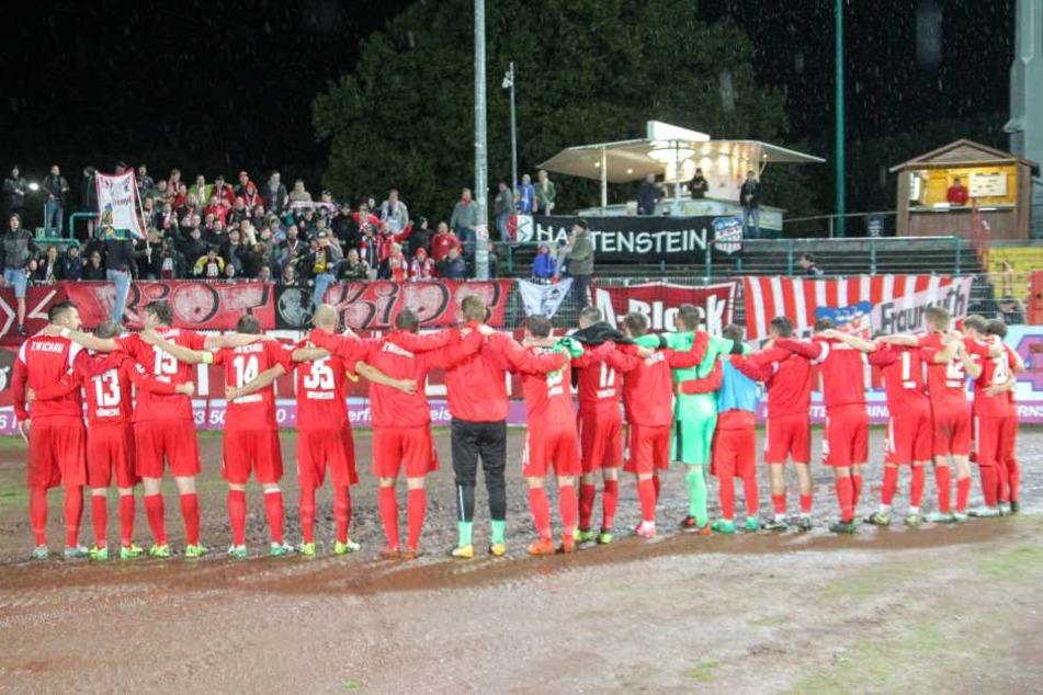 Die Zwickauer Spieler durften mit ihren mitgereisten Fans endlich den ersten Saisonsieg feiern.