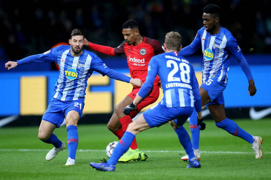 Einer gegen alle: Eintrachts Sebastién Haller (Mi.) behielt bei der einzigen nennenswerten Torgelegenheit der Frankfurter die Oberhand gegen drei Hertha-Verteidiger.