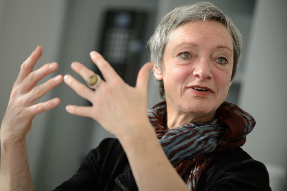 """Christa Niemeier, Referentin für Suchtprävention, spricht bei einem Pressegespräch zu dem Projekt """"Schulterschluss II""""."""