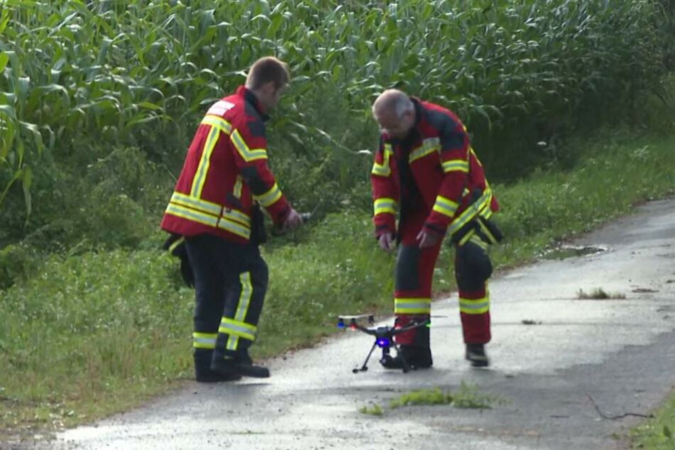 Einsatzkräfte suchen mit einer Drohne nach dem Tier.