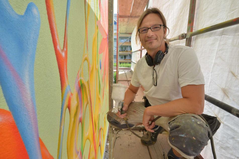 Künstler Christian Gerstdorf (51) entwarf die Motive und brachte sie am ersten Giebel an.
