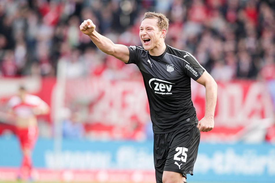 Robert Koch jubelt über seinen Treffer zum 2:0 gegen den FC Rot-Weiß Erfurt.