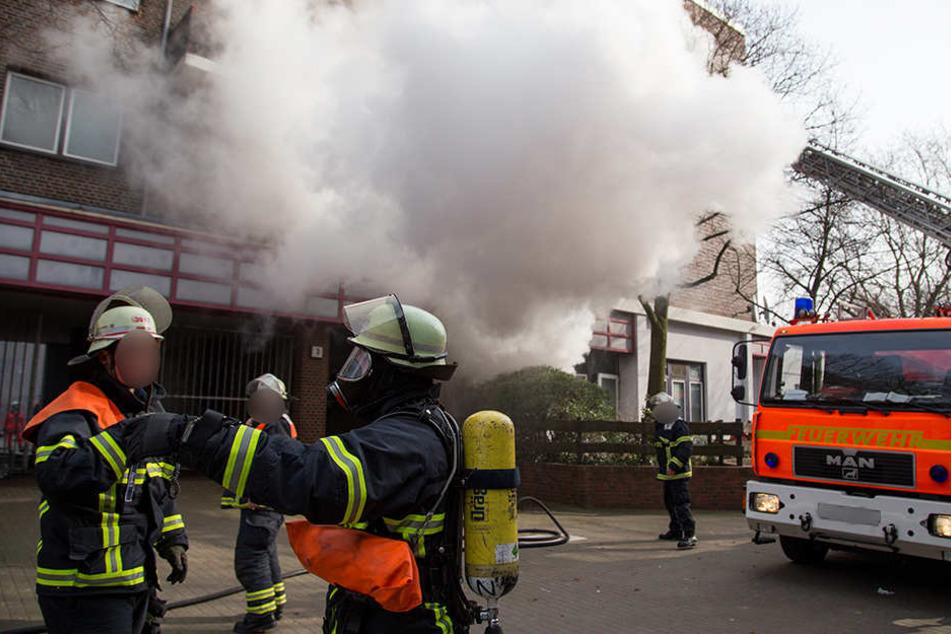 Als der Brand gelöscht war, entdeckten Feuerwehrleute einen Toten in einer Wohnung. (Archivbild)