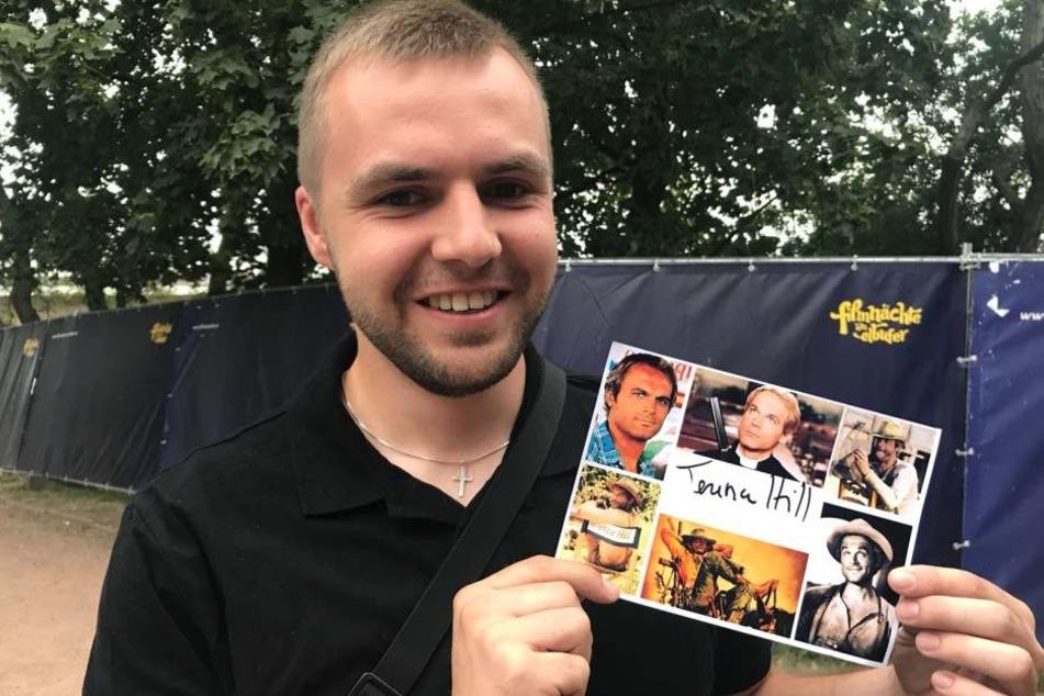 Autogrammjäger Daniel Eimert (25 bekam die heiß begehrte Unterschrift als einziger durch den Bauzaun, der mit schwarzen Planen abgehängt ist. Er versuchte bereits gestern den Star am Flughafen zu treffen.