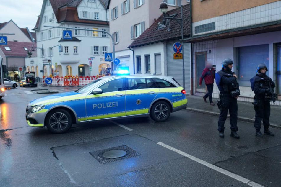 Ein Polizeifahrzeug blockiert diese Straße.