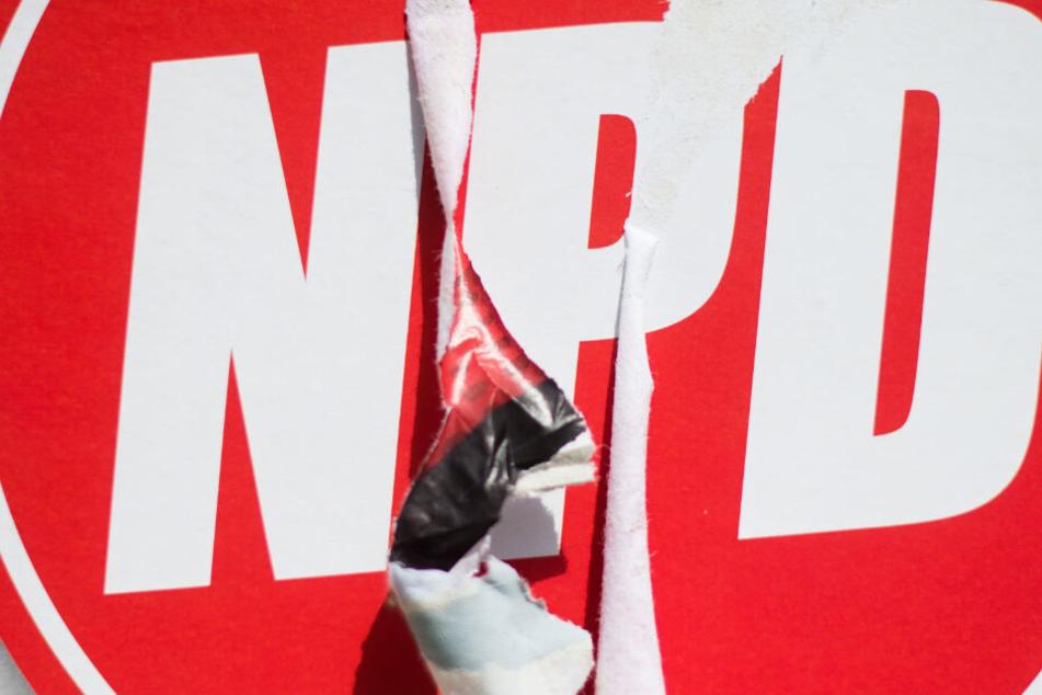 Das Foto aus dem Jahr 2014 zeigt ein zerstörtes Wahlplakat der NPD.
