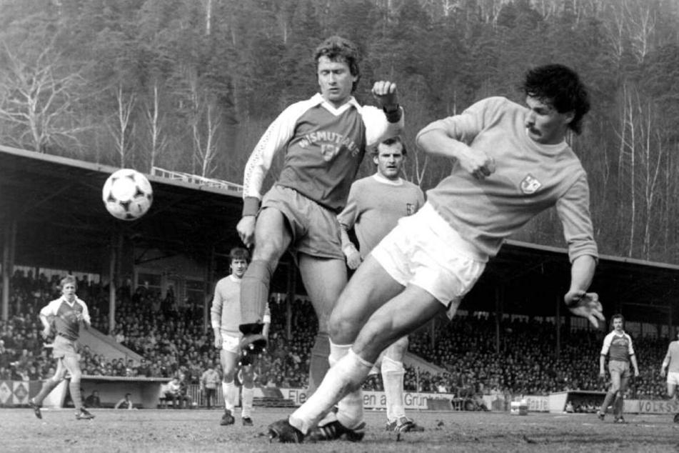 31. März 1984: Magdeburgs Dirk Stahmann (r.) klärt vor Aue-Legende Holger Erler. Die Oberliga-Partie in Aue endete torlos.