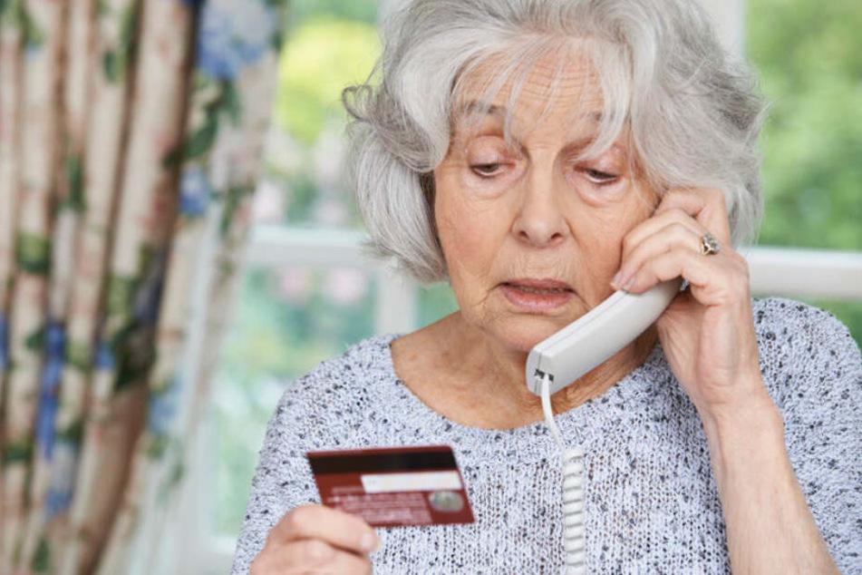 Um das Geld gebracht haben mehrere Betrüger eine knapp 70-jährige Frau. Doch die wusste sich zu helfen. (Symbolbild)
