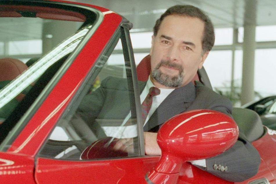 Bernd Pischetsrieder, Vorstandsvorsitzender der BMW AG, sitzt vor Beginn der BMW-Bilanzpressekonferenz in einem Z3-Roadster. (Archivbild)