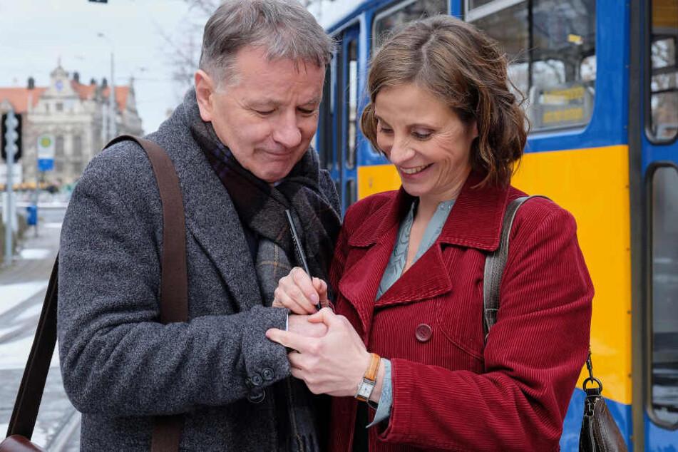 Dr. Roland Heilmann (gespielt von Thomas Rühmann) lässt sich Katja Brückners (Julia Jäger) Nummer auf die Hand schreiben.