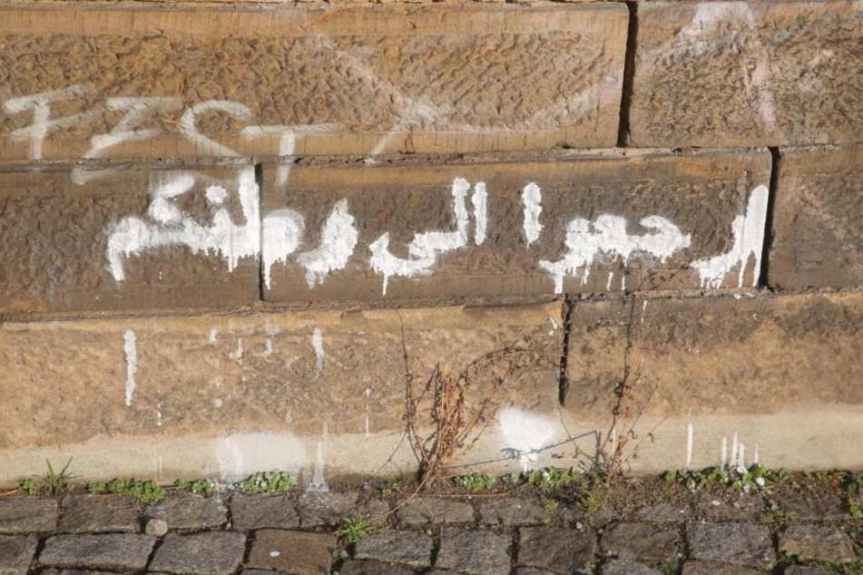 Diese arabischen Schriftzeichen wurden an verschiedenen Orten in Dresden entdeckt.