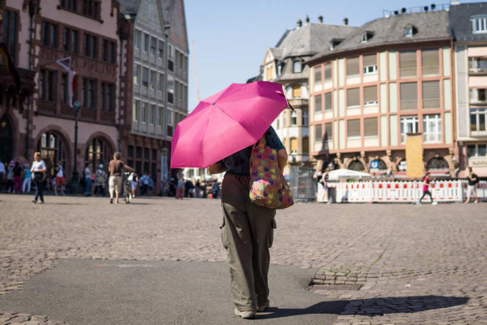 Mit Sonnenschutz unterwegs. Hessen sollten am Donnerstag die Sonne meiden.