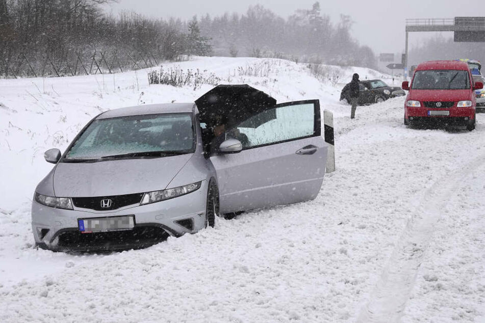 Auf der A4 rutschten in der Nähe der Anschlussstelle Limbach/Rabenstein ein Mini und ein Honda in den Graben.