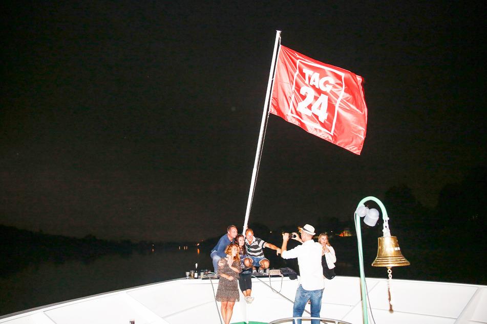 Beliebtes Fotomotiv auf dem einmaligen Ausflug: Die riesige TAG24-Fahne und das nächtliche Dresdner Elbtal im Hintergrund.