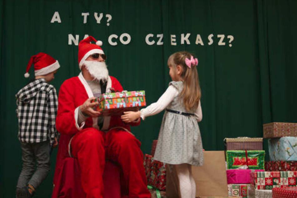 Für die Bescherung, die Anfang Dezember stattfindet, ziehen sich die Kinder besonders festlich an.