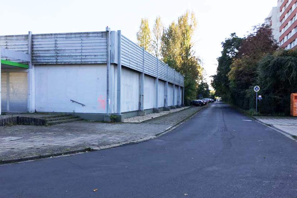 Die leerstehende Kaufhalle in der Lene-Voigt-Straße 1 ist nur wenige Meter vom Wohnblock entfernt. Hier kauften die Rentnerinnen bis zuletzt ein.
