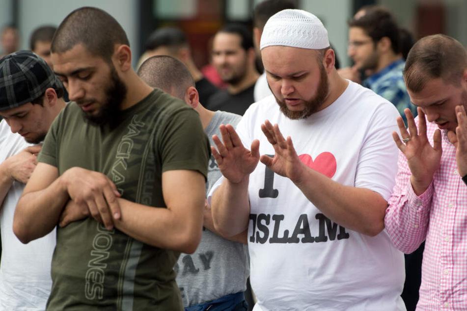 Anhänger eines salafistischen Predigers nehmen an einer Demonstration teil. (Archivbild)
