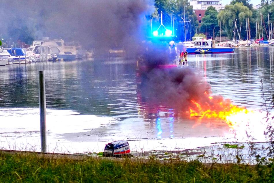 Sportboot geht in Berlin in Flammen auf!
