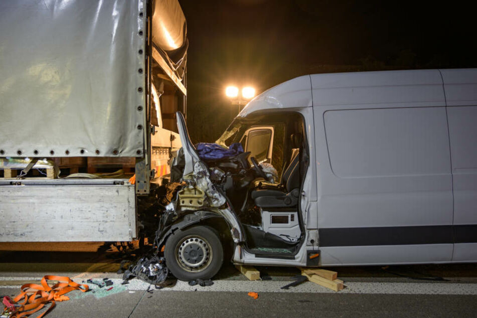 Der Transporter verkeilte sich unter dem Laster.