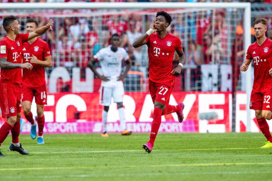 David Alaba (M.) verzückte die Fans in München mit einem sehenswerten Freistoß.
