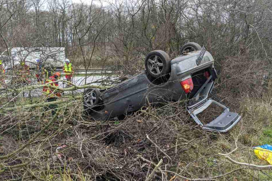 Dramatischer Unfall auf der A23: Fahrzeug mit vier Insassen landet auf Dach