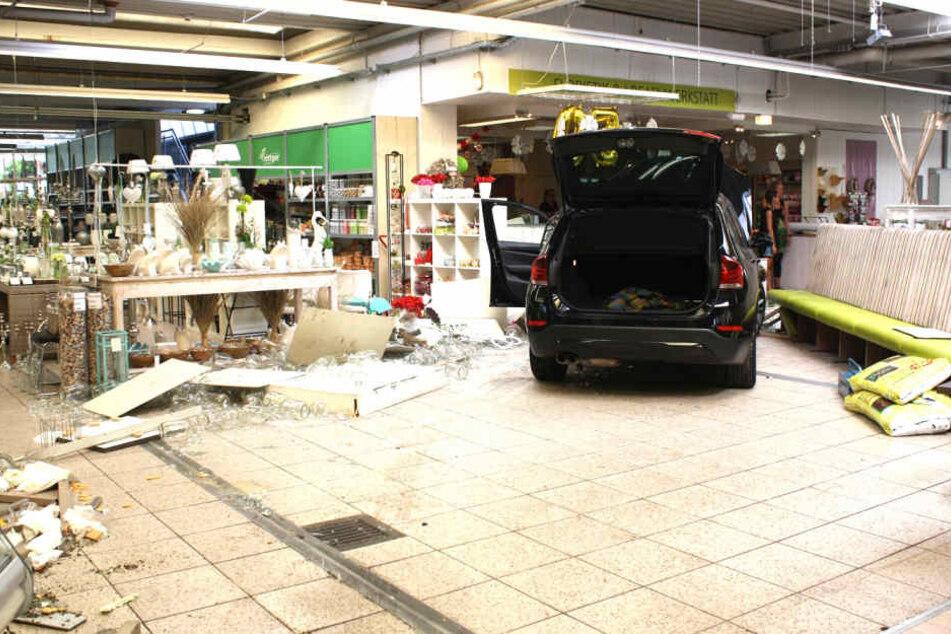 Erst nach 25 Metern im Geschäft kam das Fahrzeug zum Stillstand.