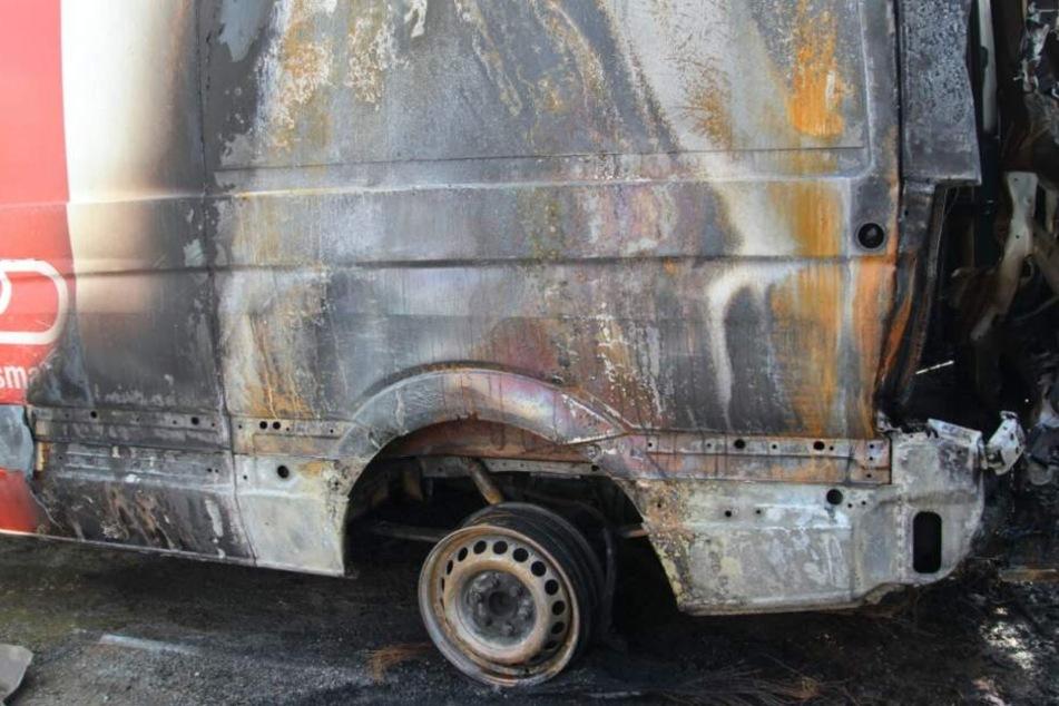 Mindestens zwei Fahrzeugen erlitten Totalschaden.