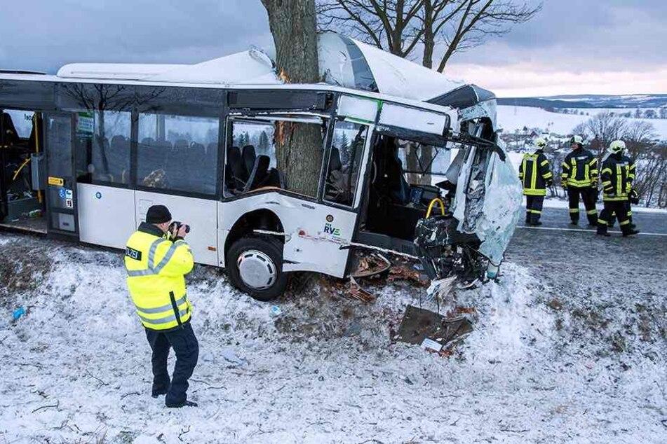 Unfall-Drama im Erzgebirge! Fünf Menschen verunglücken mit Bus