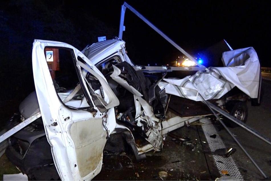 Der Lkw Fiat wurde komplett zerstört, der Fahrer schwer verletzt.
