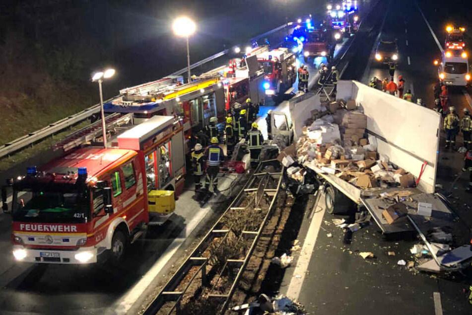 Horror-Unfall auf Autobahn: Lkw prallt gegen Brückenpfeiler und wird zerfetzt, Fahrer tot