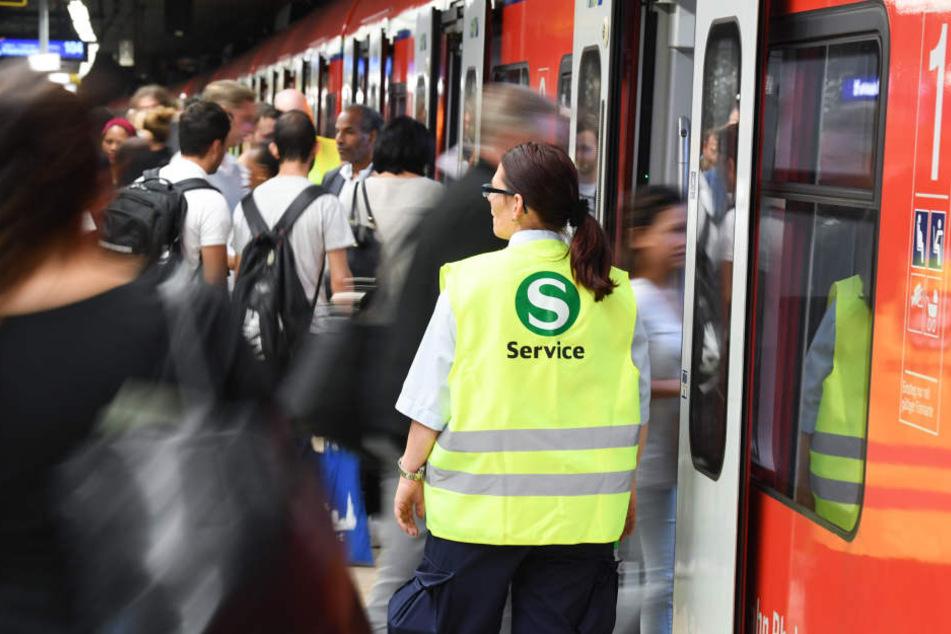 Da können auch die Einstiegslotsen nicht helfen: Aufgrund einer Stellwerksstörung kommt es in und um Frankfurt zu Ausfällen von S-Bahnen. (Symbolbild)