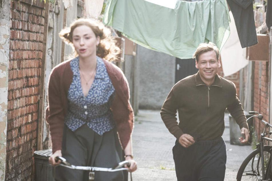 Bert Trautmann (David Kross) lernt in England mit Margaret (Freya Mayor) die Liebe seines Lebens kennen.