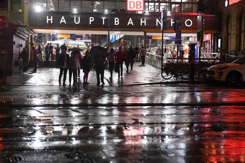 Im Bereich des Münchner Hauptbahnhofs prügelten sich über 60 Fans. (Symbolbild)